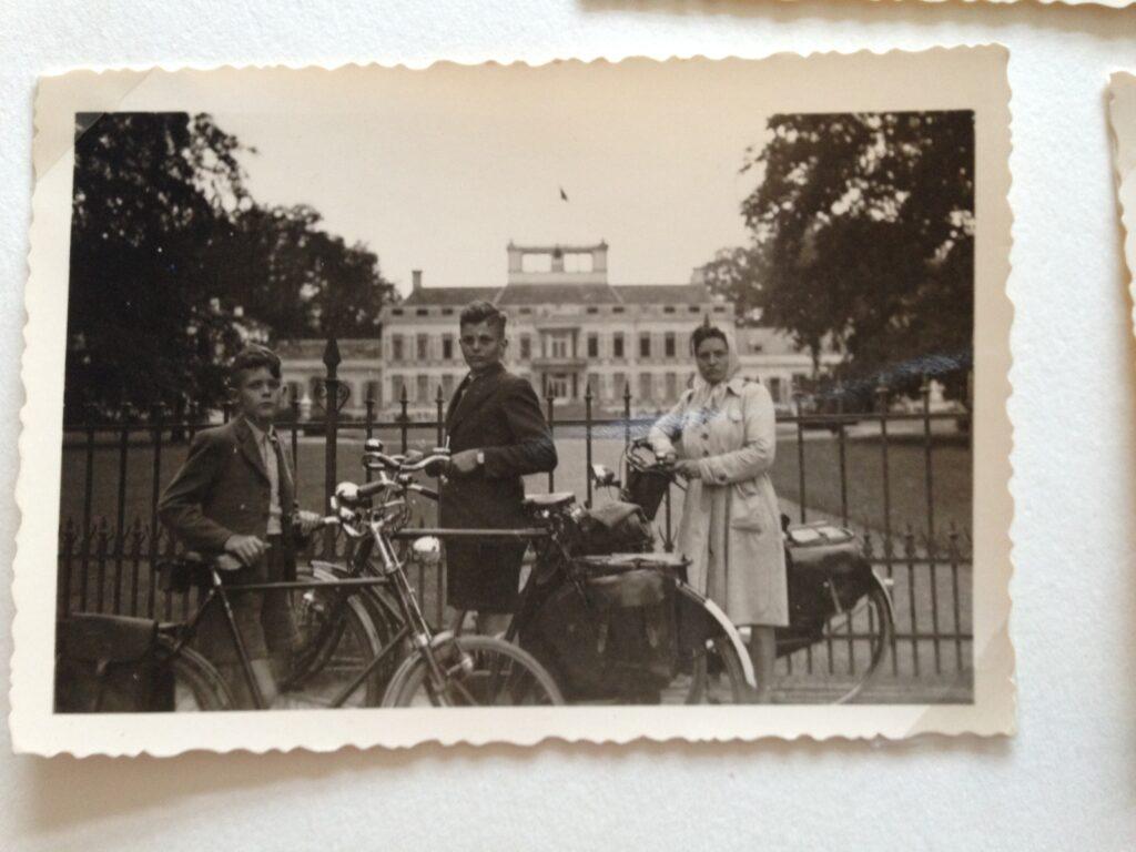 Familie Van Rooij - Seijkens op Fongers fietsen bij Paleis Soestdijk