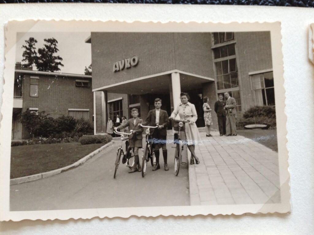 Familie Van Rooij - Seijkens op Fongers fietsen bij de AVRO studio aan de 's Gravelandse weg in Hilversum