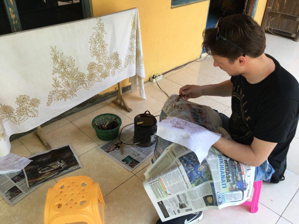 Leren hoe je een batik maakt van Ganung